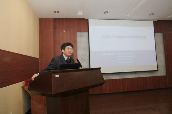 协会发展战略课题组副组长、北京科技大学教授杨武在会议中汇报.jpg